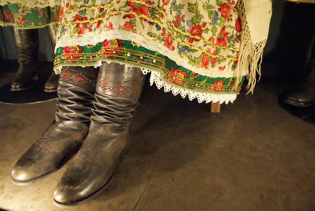 Bottes en cuir et robe avec dentelles.