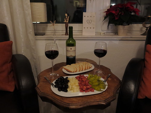 Tapas zum spanischen Rotwein (Senorio de Elda, 2013, Tempranillo & Monastrell)