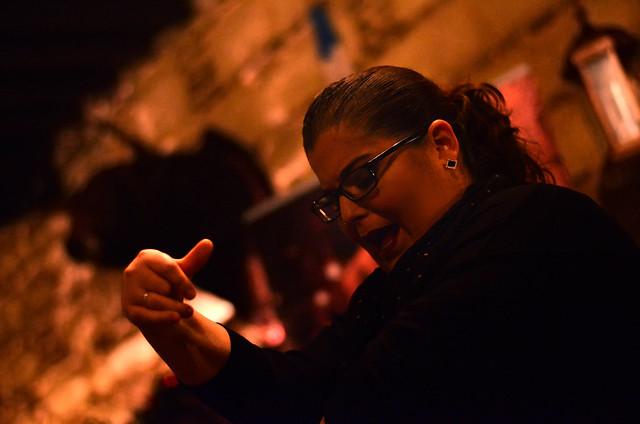 Bailaora cantando villancicos en una zambomba de Jerez