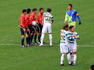 審判団と握手を交わす富澤清太郎キャプテン。飯尾一慶選手と森勇介選手も健闘を誓い合う。