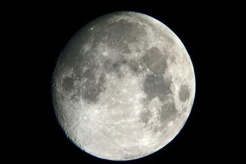 moon_8_sharpened_levels adjusted 月の写真。自作天体望遠鏡とコンパクト デジタル カメラで撮影したもの。満月の2日前の姿。クレーターが良く見える。
