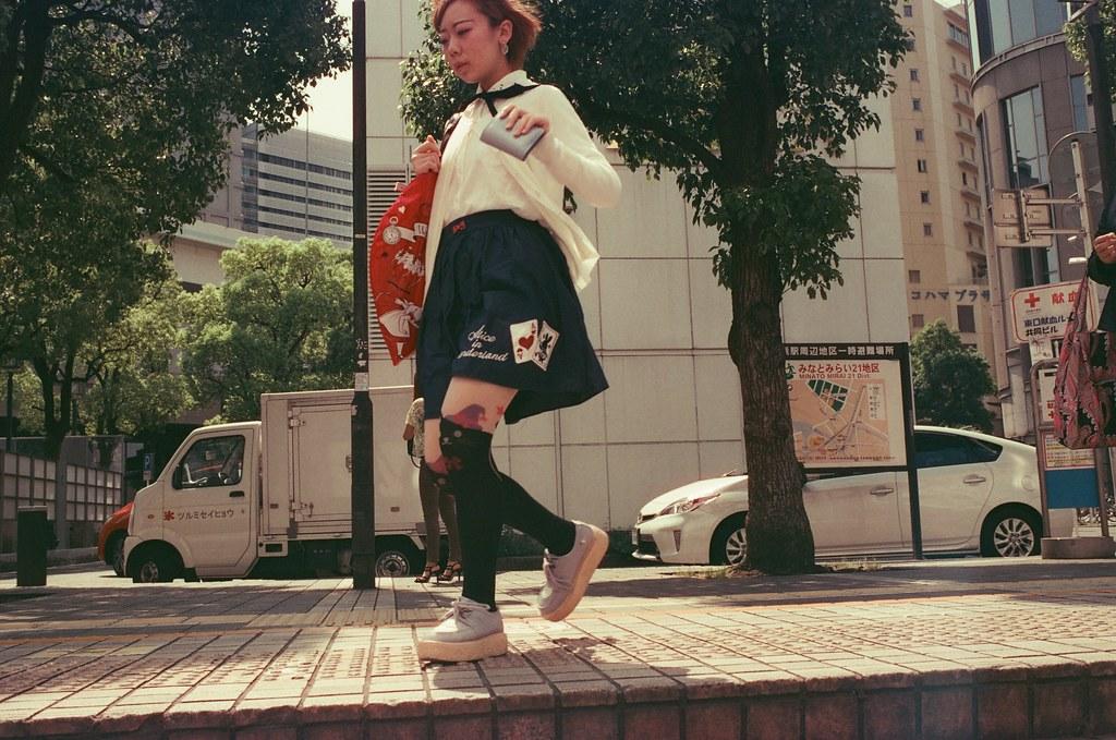 橫濱 Yokohama, Japan / KONO! Kolorit 400 Tungsten / Nikon FM2 2016/05/21 就這麼剛好,突然跑過我的畫面,當我按下快門的時候。  就這麼剛好,去年夏天,妳剛好跑入我的畫面中。  Nikon FM2 Nikon AI AF Nikkor 35mm F/2D KONO! Kolorit 400 Tungsten 6411-0019 Photo by Toomore
