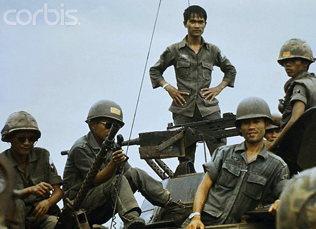 04-2-1975 Nam VN -- Binh sĩ Chính phủ thuộc một đơn vị thiết giáp trên QL20, cách SG khoảng 60 dặm về phía đông bắc đang chờ tăng phái cho mặt trận Xuân lộc: