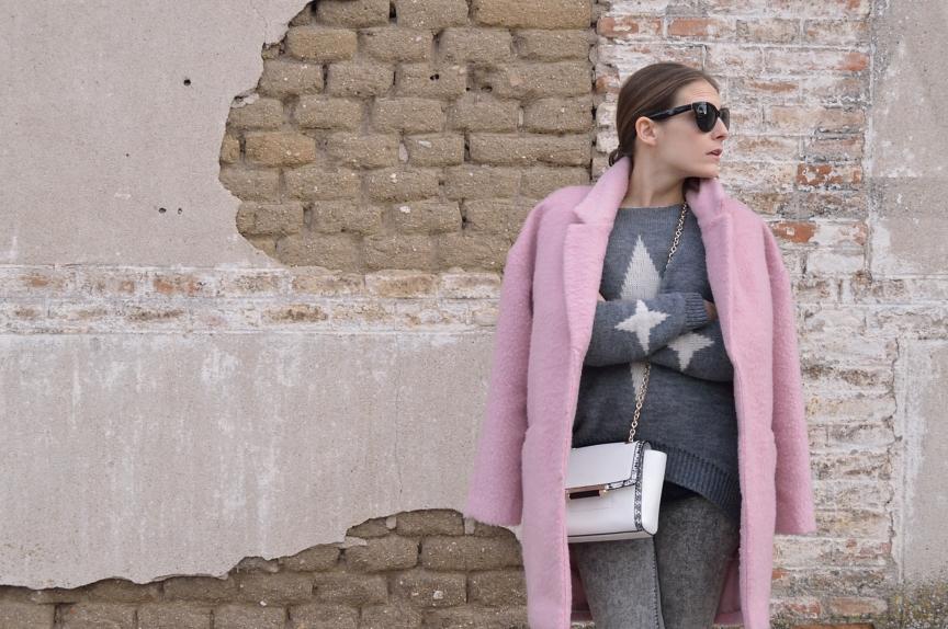 lara-vazquez-madlula-streetstyle-look-coat-soft-pink-grey-outfit