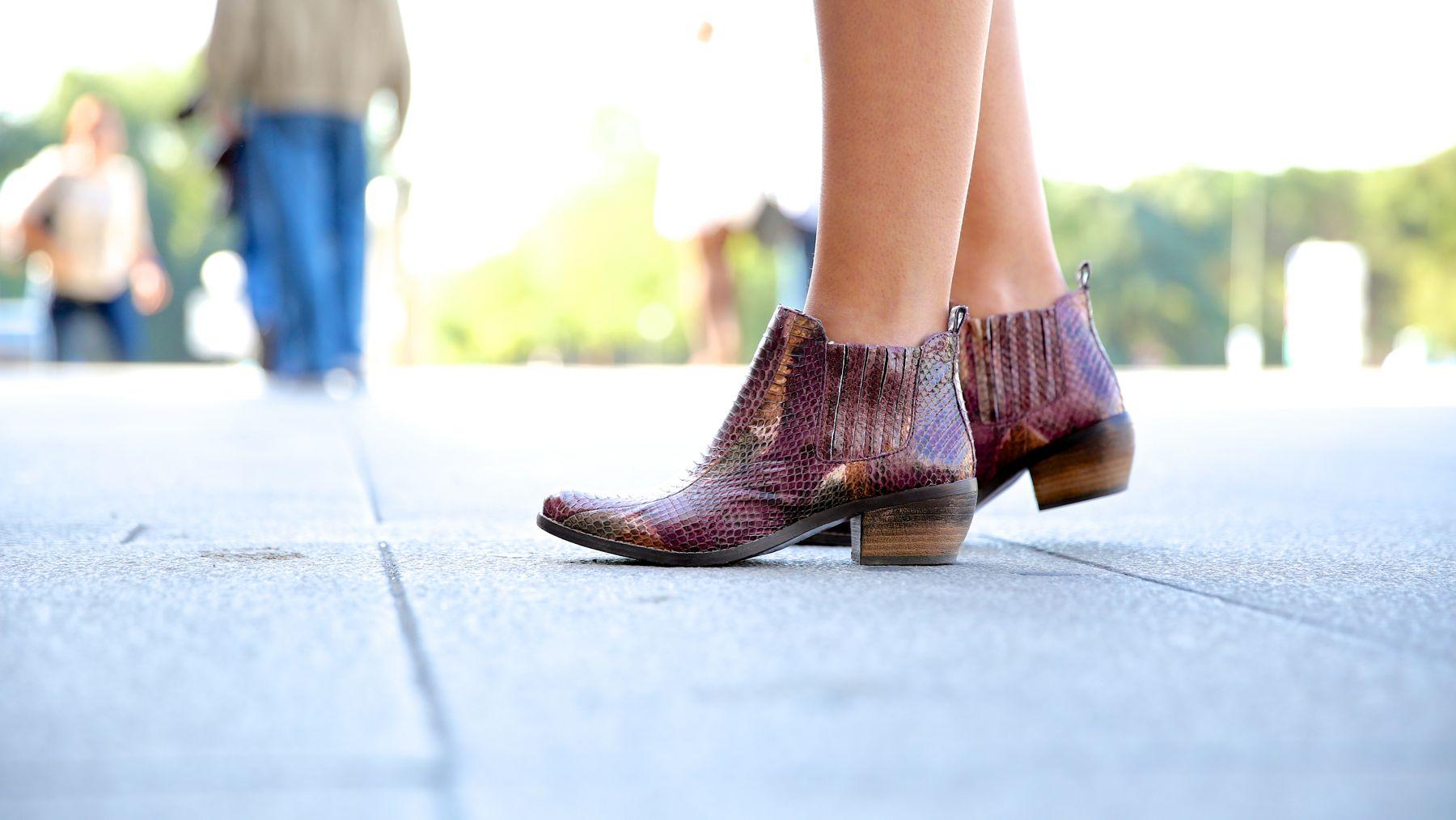 trendy_taste-look-outfit-street_style-ootd-blog-blogger-fashion_spain-moda_españa-girissima.com-sweatshirt-sudadera-estampado-crocodile-cocodrilo-botines-booties-pink_skirt-falda_rosa-1