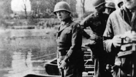 Fotografía original de Patton orinando en el Rhin