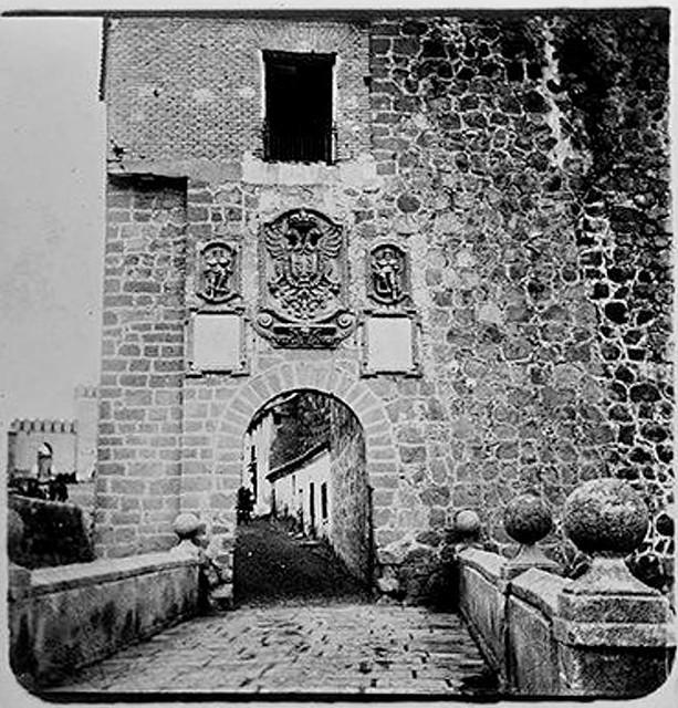 Puente y Puerta de San Martín en 1904. Fotografía de Augusto T. Arcimis © Fototeca del IPCE, MECD. Signatura ARC-0722_P
