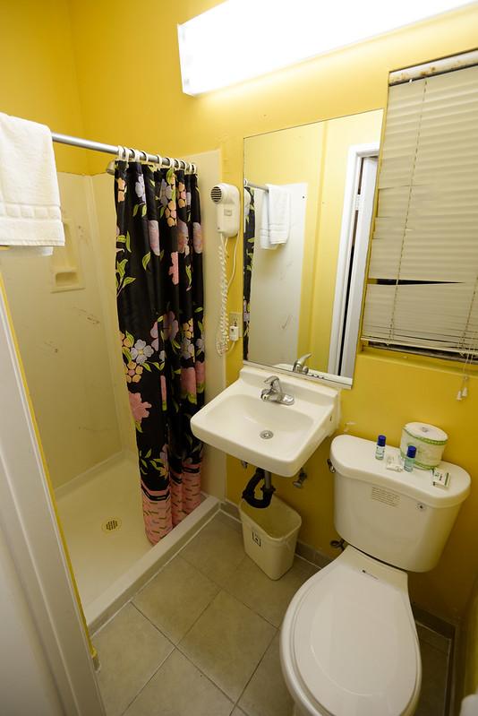 【浴室】空間還可以,有提供沐浴乳和洗髮精,但毛巾要自備