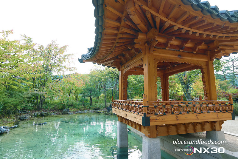 hee won garden pavilion with lake