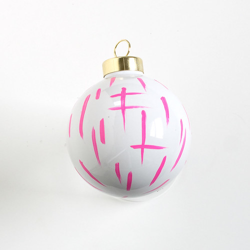 DIY Brushstroke Ornaments. Click through for the full tutorial! | www.vitaminihandmade.com