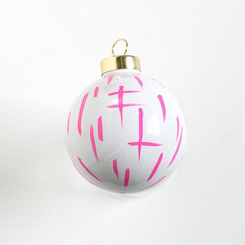 DIY Brushstroke Ornaments. Click through for the full tutorial! | www.vitaminihandmade.com