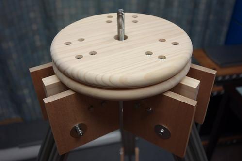 astronomical telescope_16 自作天体望遠鏡の三脚部分の写真。木製水平回転台座と脚の付け根。