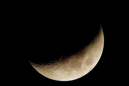 Moon_13_Processed 自作天体望遠鏡とDSC-RX100で撮影した三日月の写真。クレーターが多数見える。