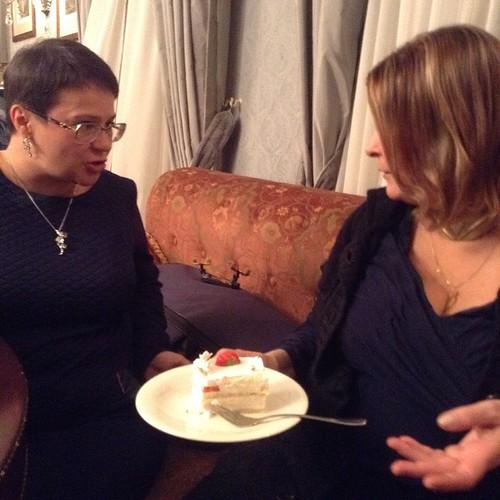 Вы думаете, это дамы просто обсуждают тортик? Нееет! За спиной у них лежит в чехле настоящая скрипка Страдивари, и Сорокина только что почти села на нее!!!!  #высокаякультура