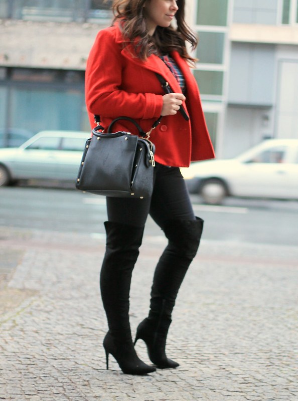Christms outfit, fashion blogger, berlin, germany, ootd, festive, iheartblack, blogger, high heel over the knee suede black boots, christmas tree