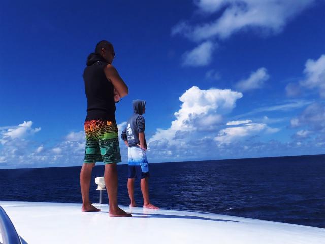 船の上からジンベイザメ探し中のガイド的場さんとヒメ♪