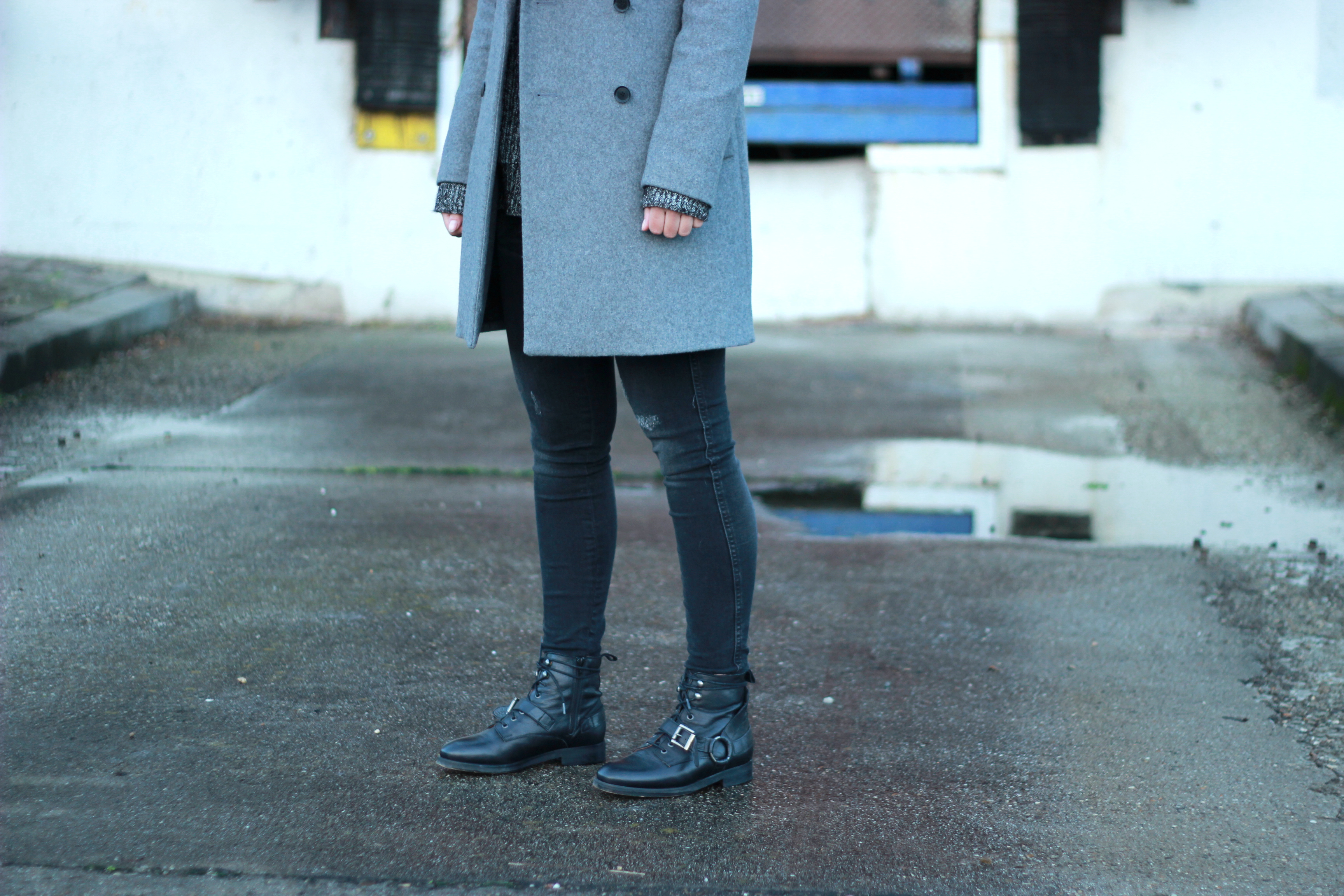 Inspiration-outfit-buckle-boots-destroyed-black-jeans-long-grey-coat