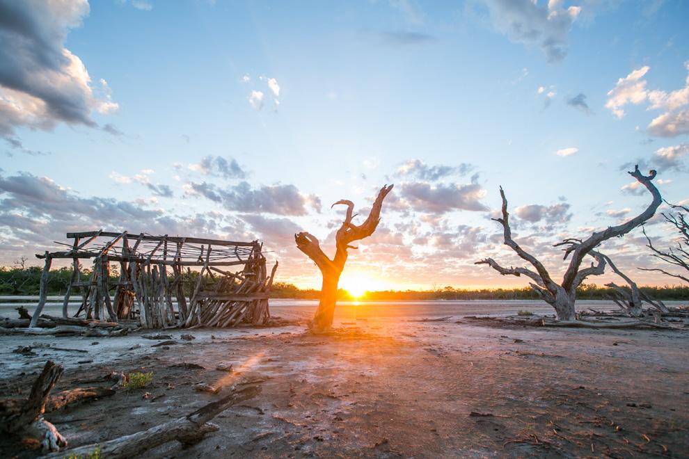 """Los primeros rayos del sol bañan el paisaje en Laguna Capitán. En este lugar se filmó el cortometraje """"Karaí Norte"""". (Tetsu Espósito)"""