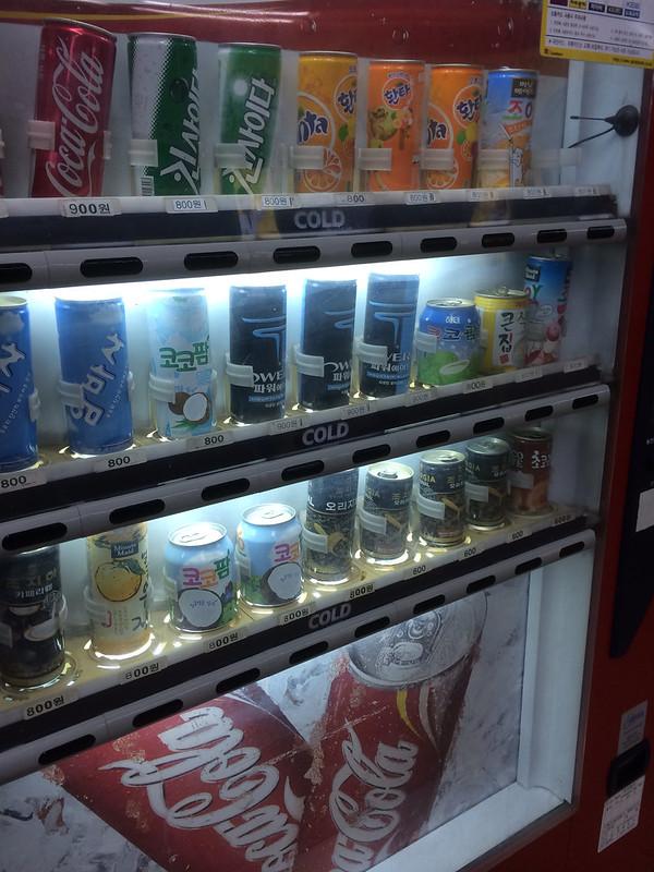 地下鉄ホームの飲料自販機