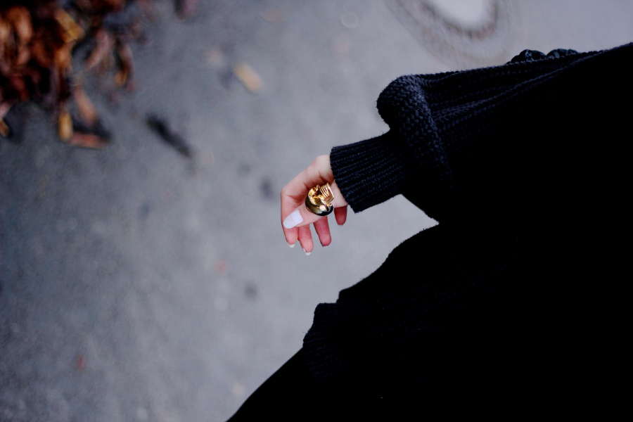 outfit-detail-macro-ring-skull-gold-pullover-cool-photography