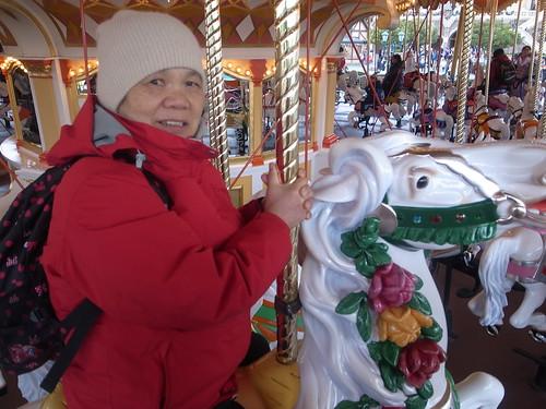 接下來可就悠閒啦,來樂園怎麼可以不坐旋轉木馬呢R0026775