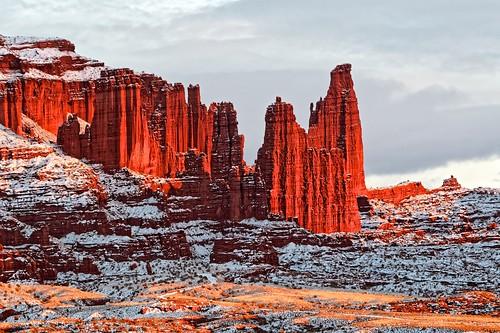 christmas winter sunset snow utah us unitedstates redrock coloradoplateau moenkopisandstone fishertowersrecreationarea utahstateroute128 cutlersandstone