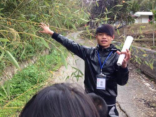 這一天畢業的偉程,帶著大家走讀吉哈拉艾,講解桂竹的傳統利用。