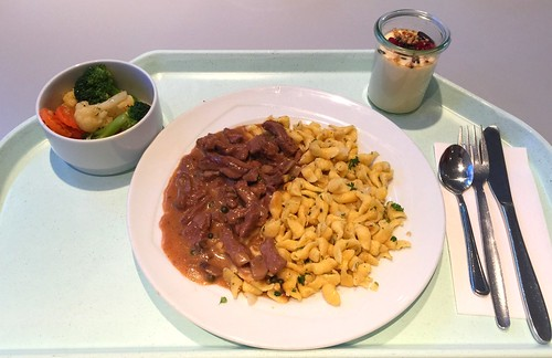 Rindergeschnetzeltes in Champignon-Pfeffersauce mit Kräuterspätzle / Beef strips in mushroom pepper sauce with herb spaetzle