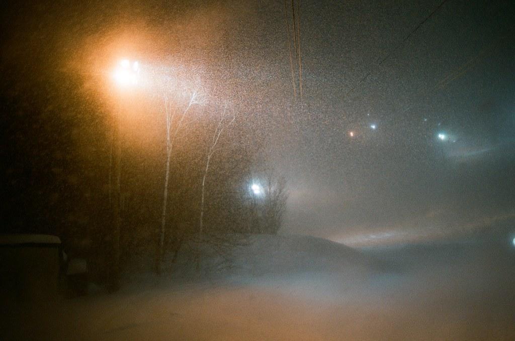 小樽 天狗山 Otaru Japan / FUJICOLOR PRO 400H / Nikon FM2 從纜車裡透過窗戶玻璃拍出去,有種暴雪的感覺。  那時候和我一起下來的有台灣旅客,我一直躲在帽子後面,偷聽他們對於下大雪的感覺。  和我一樣,很驚奇!  Nikon FM2 Nikon AI AF Nikkor 35mm F/2D FUJICOLOR PRO 400H 8271-0021 2016-02-02 ~ 2016-02-03 Photo by Toomore