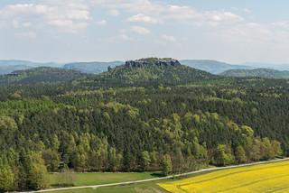 Blick vom Pfaffenstein zu Gohrisch und Kleinhennersdorfer Steine