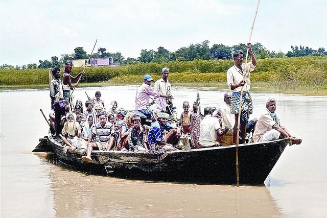 कोसी नदी में बाढ़ से विस्थापित लोग