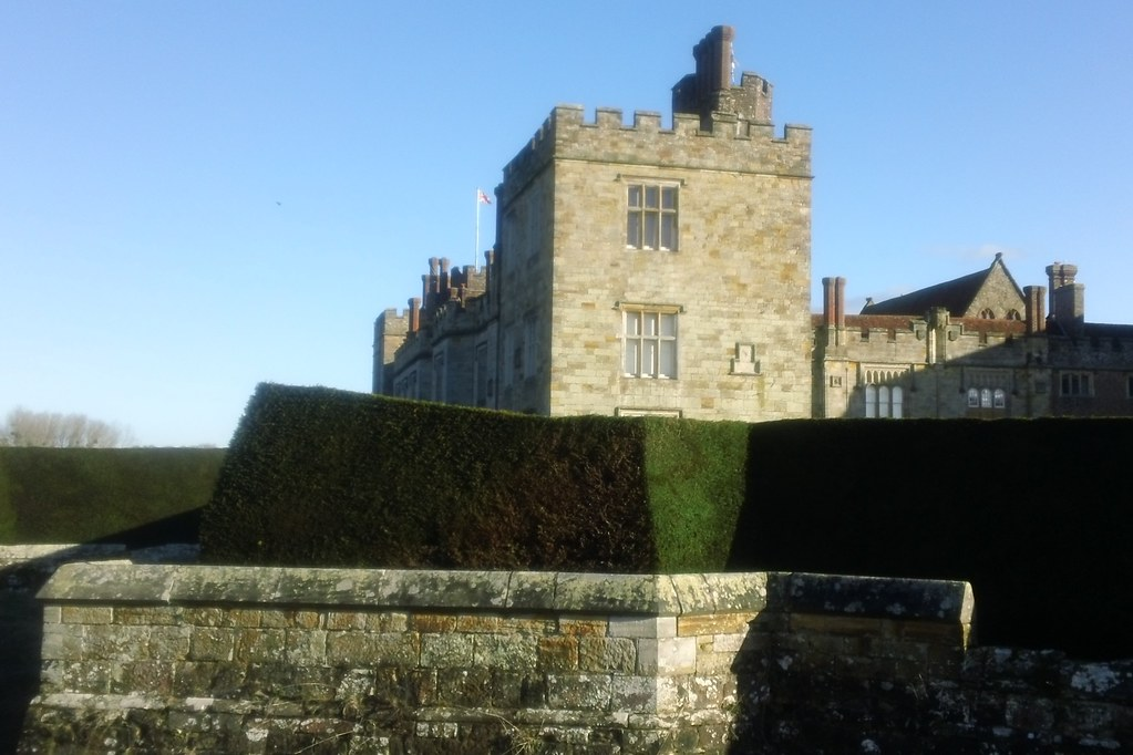 C16th wall, hedge & manor house Penshurst