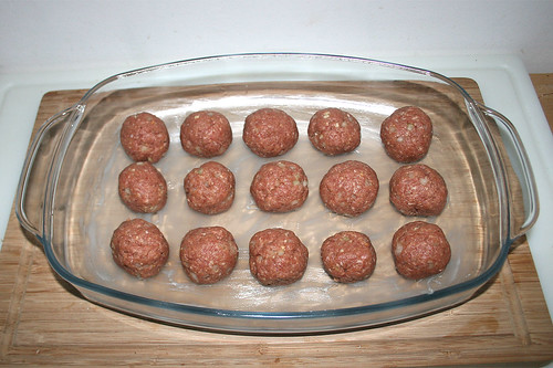 28 - Hackbällchen in Auflaufform legen / Put meatballs in casserole