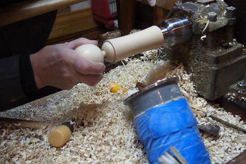 冬の鳴子温泉郷 日本こけし館で、こけし製作実演。鳴子のこけしは首が回るのが特徴。