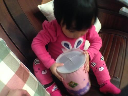 正在組合外婆特製的奶粉罐玩具(蓋子蓋反了XD)