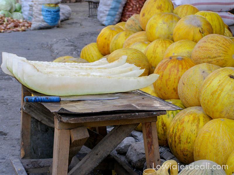 valle de fergana melones en el mercado de Osh