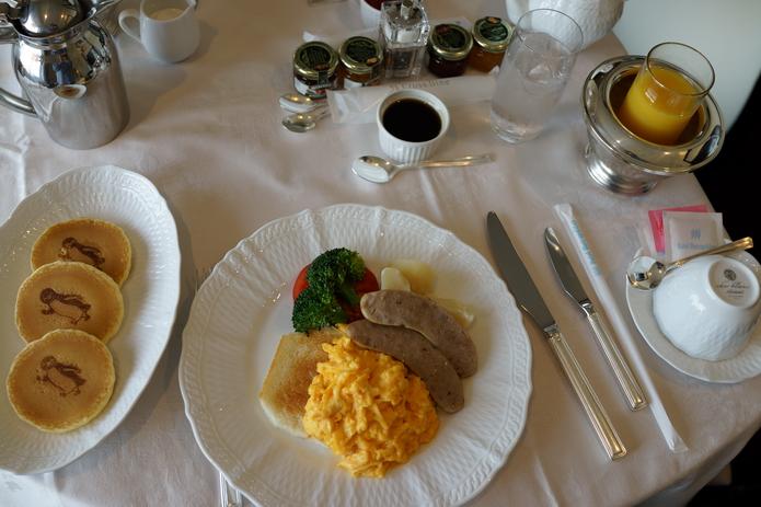 池袋大都會旅館Suica企鵝房 超可愛企鵝鬆餅土司蛋糕 精緻客房服務(早餐篇) | 林氏璧和美狐團三狐的小天地