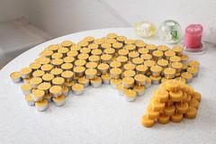215 Bienenwachs-Teelichter gegossen