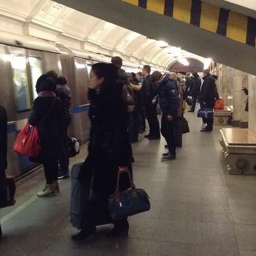 Вошла сегодня в метро в 5.50 - народа полно, сесть ни разу не удалось! Вот так активно народ движется в субботу ранним утром! #москва