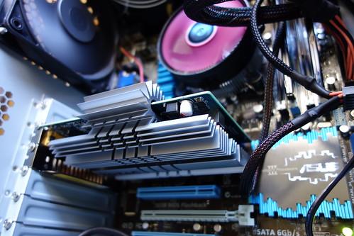 my PC_7 自作PCの内部を撮影した写真。様々な部品やケーブルが見える。写真中央にはファンレス ヴィデオ カードのGeForce GT 240 1GB ZONE Editionが写っている。