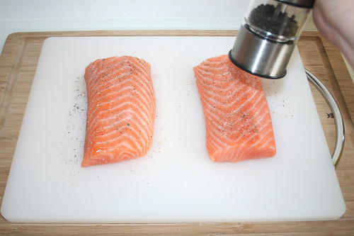30 - Lachs mit Pfeffer & Salz würzen / Season salmon with pepper & salt