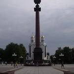 Kirche mit Obelisk mit Sowjetstern
