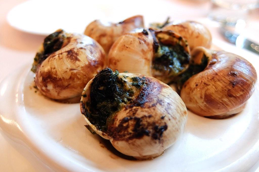 焗烤田螺,上頭吃起來有一點像是青醬的味道?