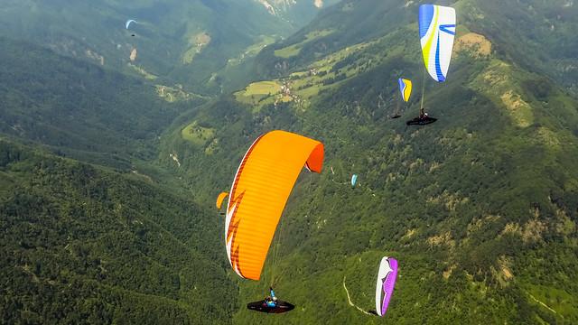 Grupa lecących paralotni