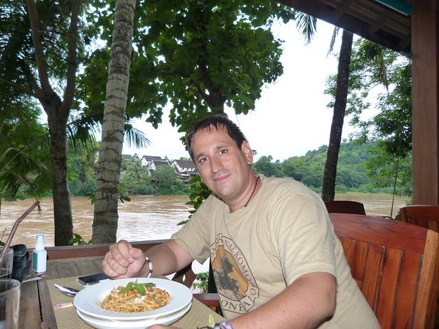 Comiendo con vistas al Nam Khan River (Le Bel Air Hotel, Luang Prabang)