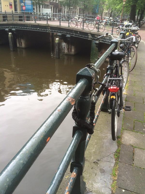 運河に止めてある自転車