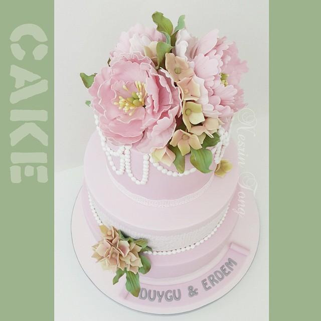 Sevgili D&E çiftine bir ömür boyu mutluluklar.... Büyük keyifle hazırladık...💓 #nisanpastasi #weddingcake #sugarpasteflower #sugarpeony #peony #pink #nesrintong #handmade #handmadesugarpasteflowers