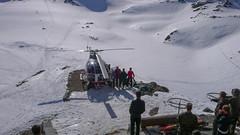 Helikopter podejmuje chorego ze schroniska Cabane des Dix 2928m.