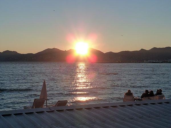 apéro devant le coucher du soleil
