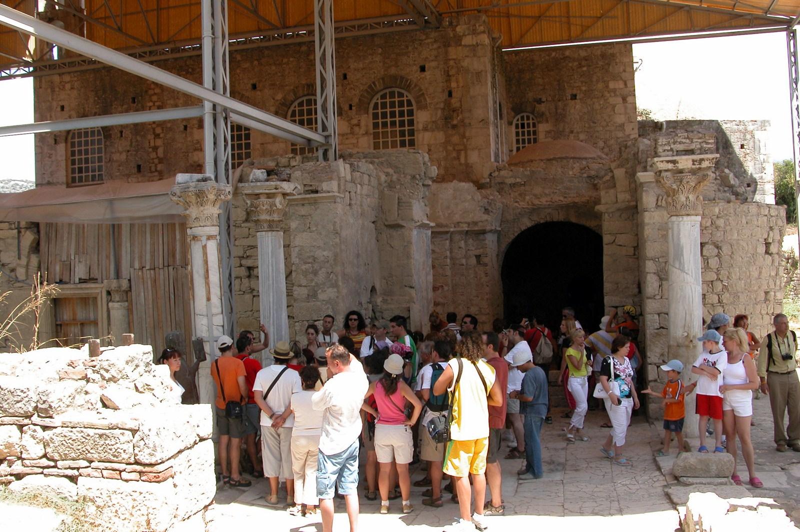 Entrada de la iglesia en la que fue Obispo Santa Claus y su vida en Turquía - 16086695835 f4c6fb5b28 o - Santa Claus y su vida en Turquía